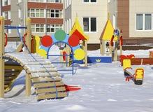 Nieuwe kleuterschool met een speelplaats. Stock Foto