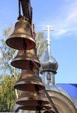 Nieuwe klokken op de achtergrond van de kapel in Penza, Rusland Royalty-vrije Stock Foto