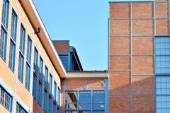 Nieuwe kracht gegeven baksteengebouwen stock afbeeldingen