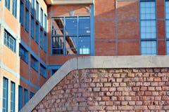 Nieuwe kracht gegeven baksteengebouwen stock foto