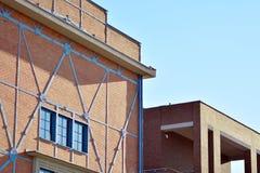 Nieuwe kracht gegeven baksteengebouwen royalty-vrije stock afbeeldingen