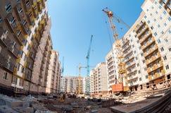 Nieuwe lange flatgebouwen in aanbouw met kranen Stock Fotografie