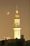 Nieuwe maan met oude moskee stock fotografie