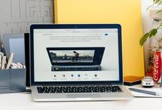 Nieuwe MacBook Pro-retina met aanrakingsbar - aanrakingsidentiteitskaart op laptop stock afbeeldingen