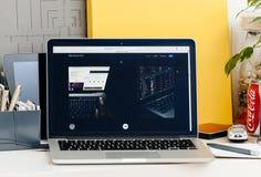 Nieuwe MacBook Pro-retina met aanrakingsbar en tocuh identiteitskaart-integratie stock afbeeldingen