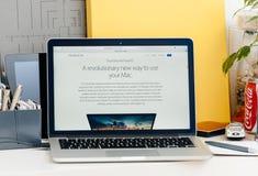 Nieuwe MacBook Pro-retina met de revolutionaire manier van de aanrakingsbar om m te gebruiken royalty-vrije stock afbeeldingen