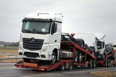 Nieuwe Mercedes-Benz Trucks Being Hauled Royalty-vrije Stock Afbeeldingen