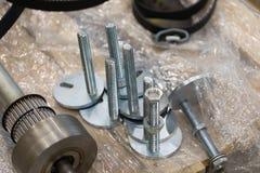 Nieuwe Metaalschroeven en hulpmiddelen voor productie stock afbeeldingen