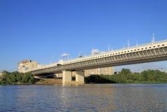 Nieuwe Metro brug (van de 60ste verjaardag van de Overwinning) over de Irtysh-Rivier in Omsk, Rusland Stock Foto's