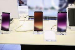 Nieuwe mobiele smartphone in telecommunicatie elektronische opslag stock afbeeldingen