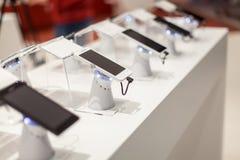 Nieuwe mobiele telefoons in toonzaal royalty-vrije stock afbeeldingen