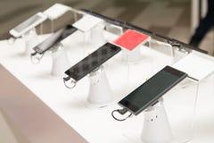 Nieuwe mobiele telefoons in toonzaal royalty-vrije stock fotografie