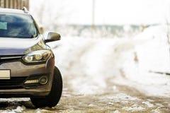 Nieuwe moderne grijze die auto op een straat in de winter wordt geparkeerd stock afbeeldingen