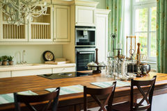 Nieuwe moderne keuken in oude stijl Stock Foto's