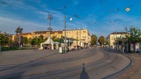 Nieuwe moderne trams van Kroatisch hoofdzagreb timelapse dichtbij station Zagreb, Kroatië stock videobeelden