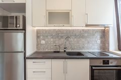 Nieuwe moderne witte keuken Nieuw huis Binnenlandse fotografie Stock Afbeelding
