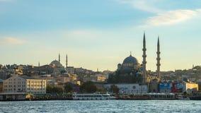 Nieuwe Moskee Yeni Cami met mening van de stadshorizon van Istanboel in de tijdtijdspanne van Turkije stock video