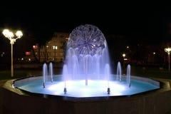De fontein van de nacht Stock Foto's