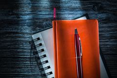 Nieuwe notitieboekjespen op uitstekende houten raad stock afbeeldingen