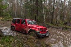 Nieuwe off-road jeep Wrangler Rubicon jl in het gebied van Leningrad stock foto
