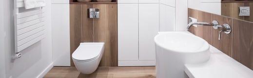Nieuwe ontwerp witte badkamers royalty-vrije stock foto's