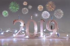 Nieuwe partij 2019 van de jarenvooravond vuurwerk stock afbeeldingen