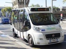 Nieuwe pendelbus Cutyzen in middeleeuws deel van Avignon, Frankrijk stock afbeeldingen