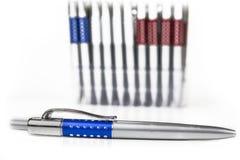 Nieuwe pennen in houder in rijen op witte achtergrond stock fotografie