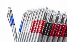 Nieuwe pennen in houder in rijen op witte achtergrond royalty-vrije stock foto