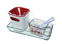 Nieuwe plastic lepel in witte en rode container en gebruikte witte plas Stock Afbeeldingen