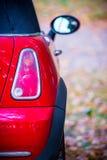 Nieuwe rode auto in aard royalty-vrije stock fotografie