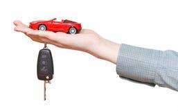 Nieuwe rode auto met geïsoleerde sleutel op hand Stock Foto