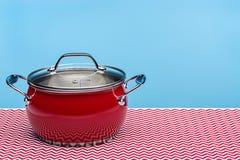 Nieuwe rode keukenpot voor het koken Studioschot, exemplaarruimte stock fotografie