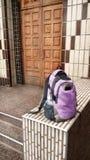 Nieuwe rugzak bij de sjofele ingang aan een school - Portret Stock Fotografie