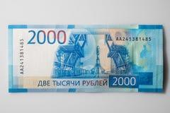 Nieuwe Russische bankbiljetten op witte achtergrond 2000 roebels Vladivos stock foto