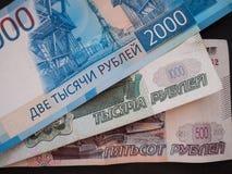 Nieuwe Russische 2000 roebels, oude 500 en 1000 roebels Royalty-vrije Stock Foto's