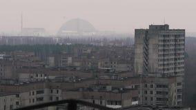 Nieuwe sarcofaag over het 4 machtsblok op de achtergrond van Tchernobyl, Pripyat, Ukrai stock videobeelden