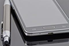 Nieuwe smartphone en ballpoint Royalty-vrije Stock Foto's