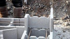 Nieuwe technologie van bouwbasis, de eerste fase van een losgemaakt huis stock videobeelden