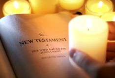 Nieuwe Testament door Kaarslicht Stock Afbeeldingen