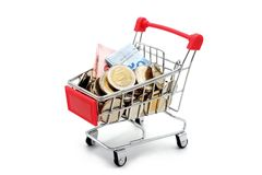 Nieuwe Thaise Bahtbankbiljetten en muntstukken in rood miniatuurboodschappenwagentje stock foto