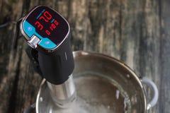 Nieuwe thermometer voor hierboven het meten van watertemperatuur van stock afbeeldingen