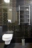 Nieuwe toiletruimte in zwarte kleuren Stock Afbeelding