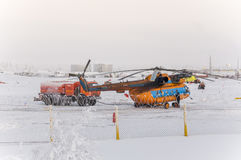 Nieuwe Urengoy, YaNAO, het Noorden van Rusland Helikopter UTair en Konvers-avia in de lokale luchthaven op de dienst 06 januari,  Stock Afbeeldingen