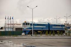 Nieuwe Urengoy, YaNAO, het Noorden van Rusland 1 september, 2013 Eerste trein die in de stad Nieuwe Urengoy aankwam Stock Foto's