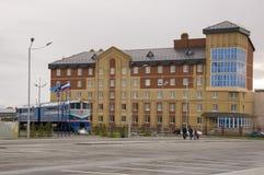 Nieuwe Urengoy, YaNAO, het Noorden van Rusland 1 september, 2013 Eerste trein die in de stad Nieuwe Urengoy en de moderne bouw aa Royalty-vrije Stock Afbeeldingen