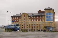 Nieuwe Urengoy, YaNAO, het Noorden van Rusland 1 september, 2013 Eerste trein die in de stad Nieuwe Urengoy en de moderne bouw aa Royalty-vrije Stock Fotografie