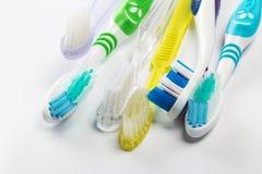 Nieuwe verschillende tandenborstels op een witte achtergrond stock afbeeldingen
