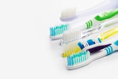Nieuwe verschillende tandenborstels op een witte achtergrond royalty-vrije stock foto's
