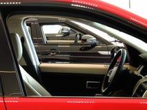 Nieuwe voertuigen met gerold onderaan glazen venster in lijn bij de toonzaal van de huurauto royalty-vrije stock foto's